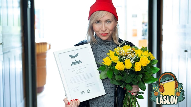 Jenny Jägerfeld med diplom för Barnradions bokpris 2018.