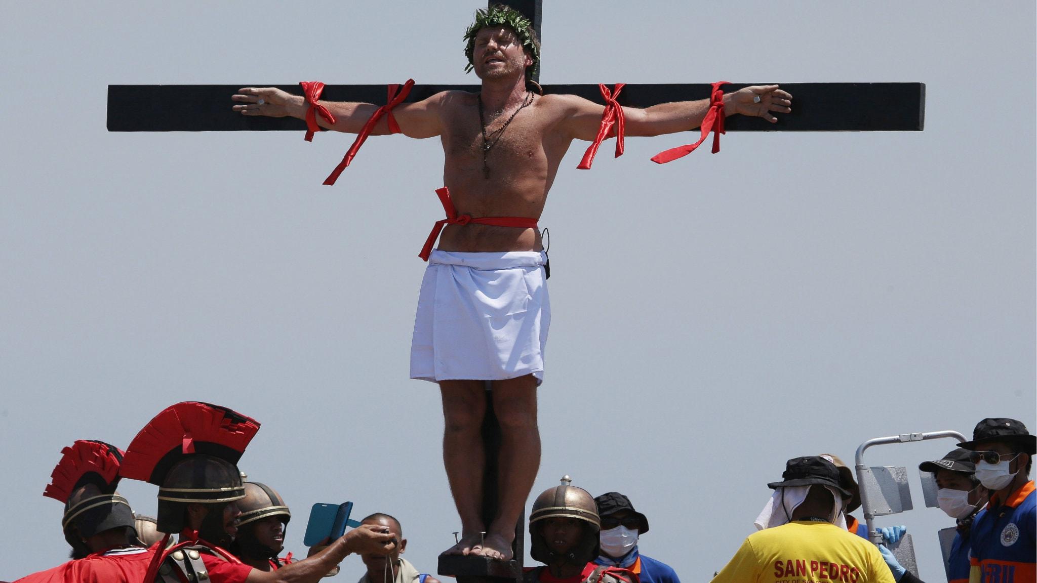Lasse Spang Olsen lät sig korsfästas i Filippinerna på långfredagen 2014. Foto: TT / Aaron Favila
