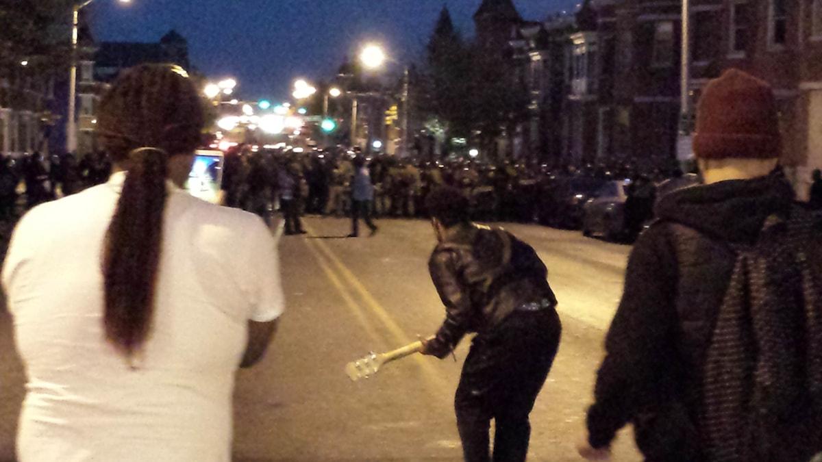Dimitri Reeves dansar för glädje i upploppens Baltimore. Foto: Vaughan Mason/Sveriges Radio