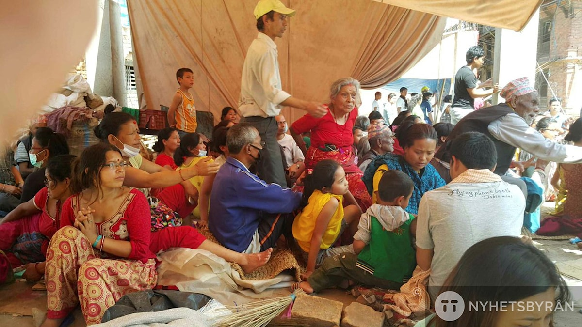 Människor samlade i ett tillfälligt läger efter jordbävningen i Bhaktapur, Nepal. Foto: Tashi Sherpa/TT