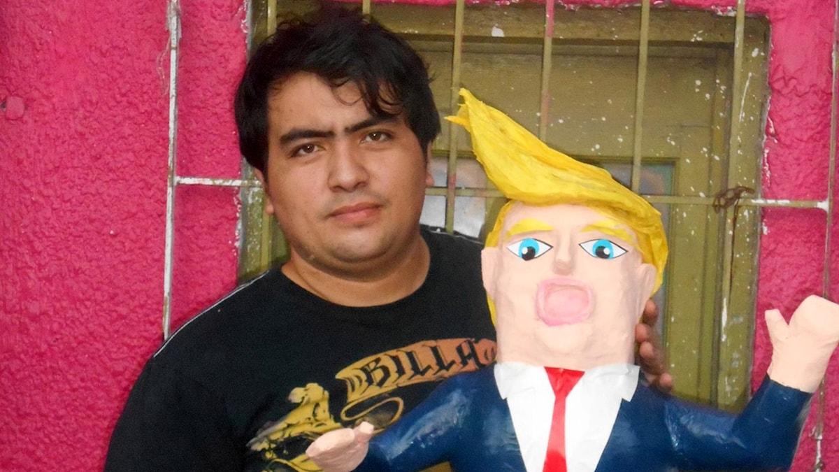 Dalton Javier Avalos Ramirez har i protest gjort en Donald Trump-pinñata.