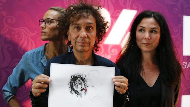"""""""Näh vad fin"""", får jag behålla den? Magnus Uggla blev sjukt glad för sin teckning där Nina Hemmingsson tecknat honom som zombie. Emma hans tyvärr inte med men hon är strecken där till höger. Foto: Ronnie Ritterland / Sveriges Radio"""