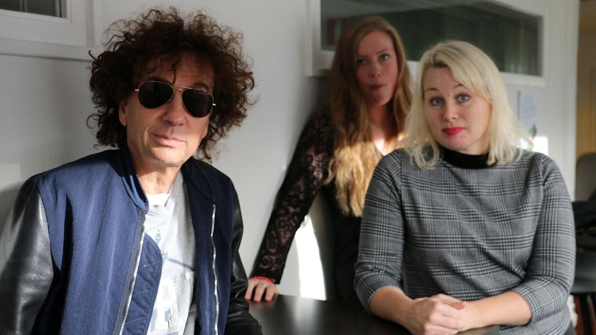 Magnus Uggla möter Ann Heberlein. Sara Kinberg är bisittare och får hålla sig i bakgrunden på grund av inflammerade stämband. Foto: Ronnie Ritterland / Sveriges Radio