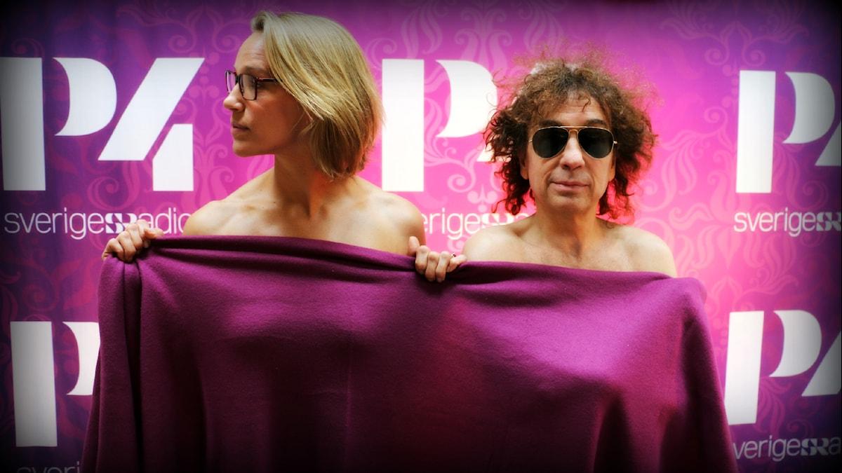 Så här kan det se ut när Magnus Uggla och Emma Wiklund bestämmer sig för att sända två timmar talkshow nakna. Foto: Ronnie Ritterland / Sveriges Radio