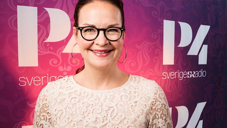 Elin Ek vikarierar för Magnus Uggla och är veckans programledare den här fredagen. Foto: Mattias Ahlm / Ronnie Ritterland / Sveriges Radio