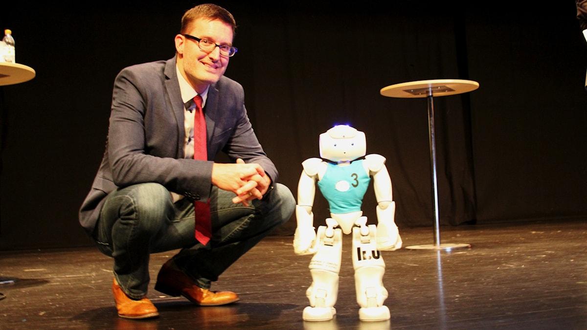 Matthew Waite och NAO-roboten Ariel