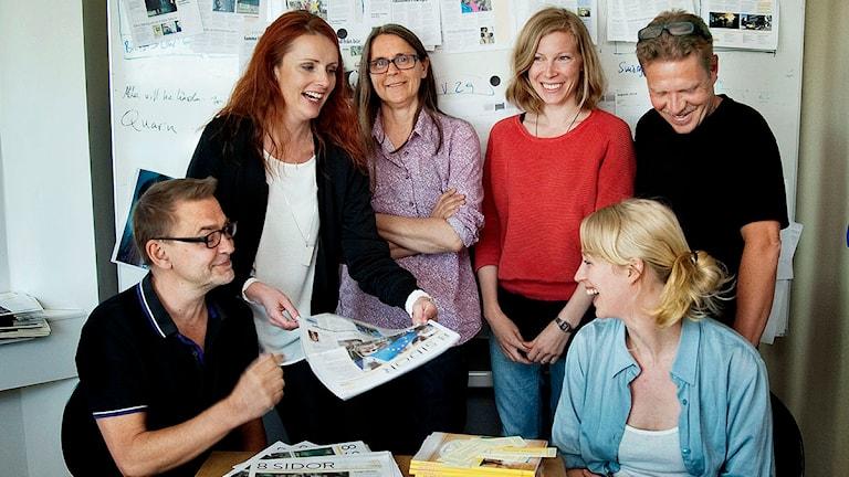 8 sidors redaktion. Fr v: Malin Crona, Ulrika Åling, Agnes Sauter och Bengt Fredrikson. Sittande fr. v: Arne Nilsson och Moa Candil. Foto: Tom Weegar