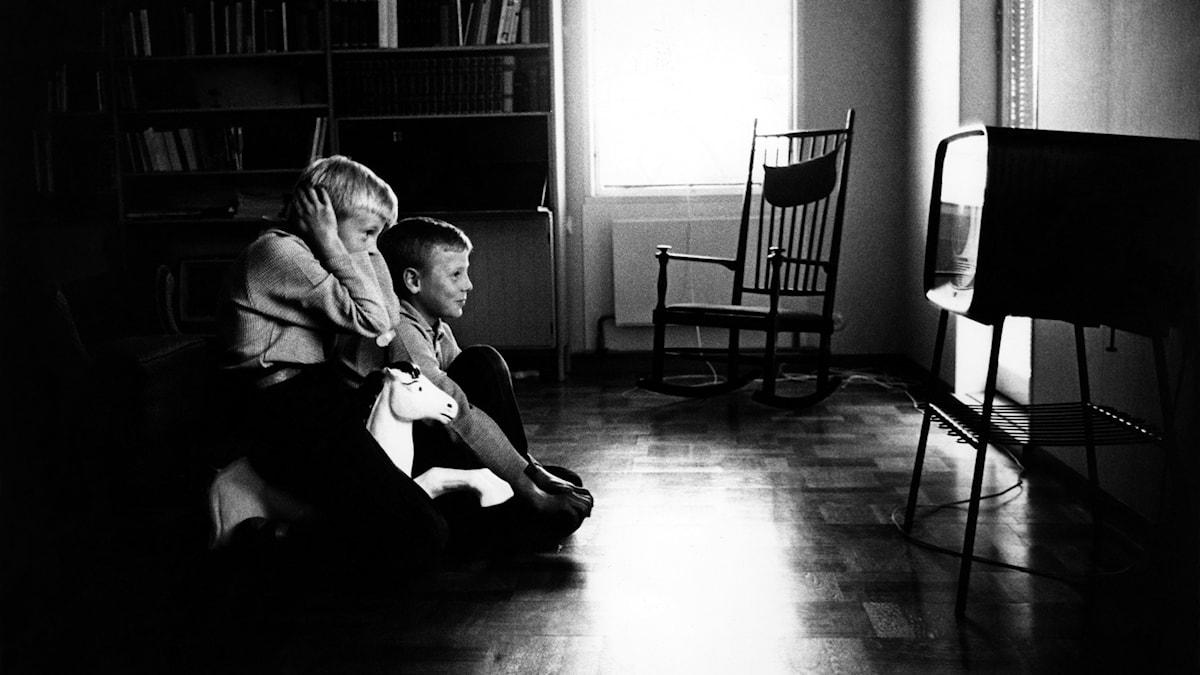 Två barn tittar på tv