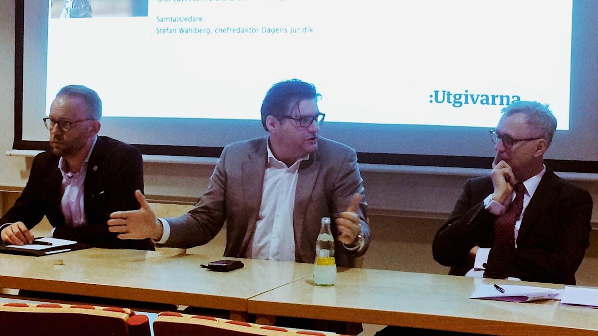 """Olof Lavesson, Jan Helin och Anders Eka utgjorde panel i Utgivarnas seminarium """"Lagen, etiken och alternativen"""" som ägde rum på JMK i Stockholm, tisdag 25 april."""
