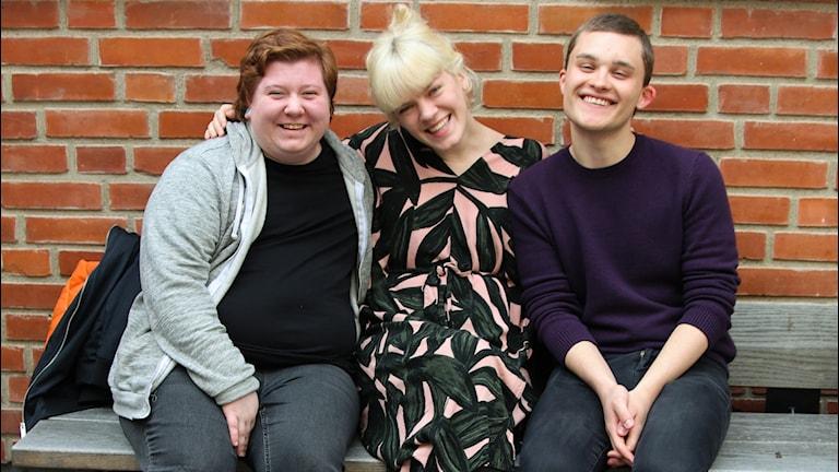 Alex, Filippa & Emil sitter på en bänk.
