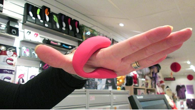 Wevibe är en u-formad sexleksak där ena änden ligger över klitoris och den andra inne i fittan. Foto: Anna Lyrenäs/Sveriges radio