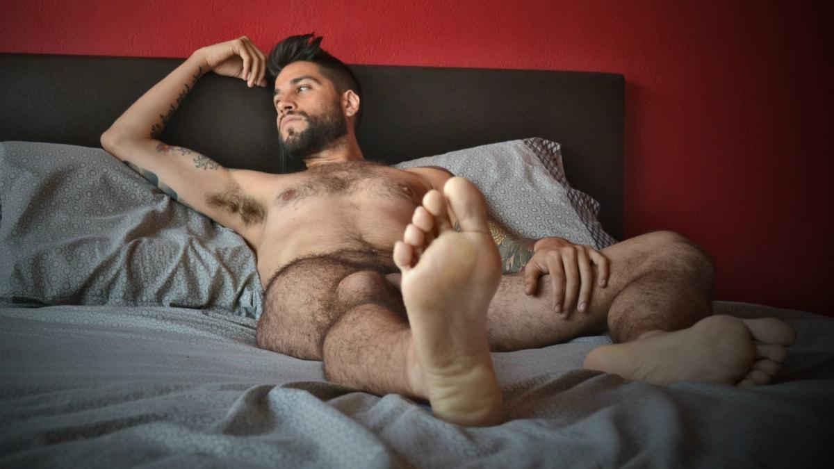 En kille i sängen funderar. Foto: Psicoloco/FlickR/CC BY-NC-ND 2.0