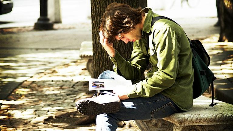 En kille funderar på hur han ska göra. Foto: Jorge Quinteros/fllickR/CC BY-NC-ND 2.0