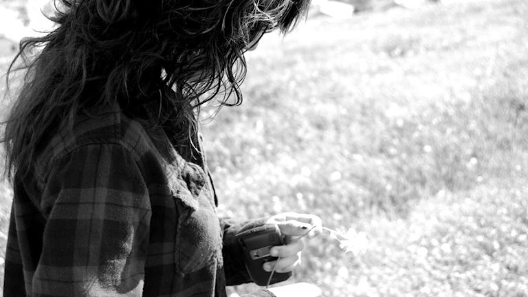 Ledsen tjej kollar ner i marken Foto: _____-________-/CC BY-NC-SA 2.0/Flickr