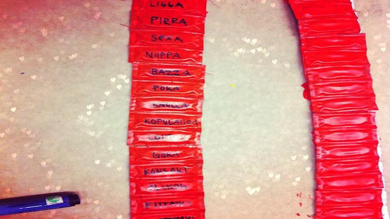 Kondomer med text. Foto: Ligga med P3