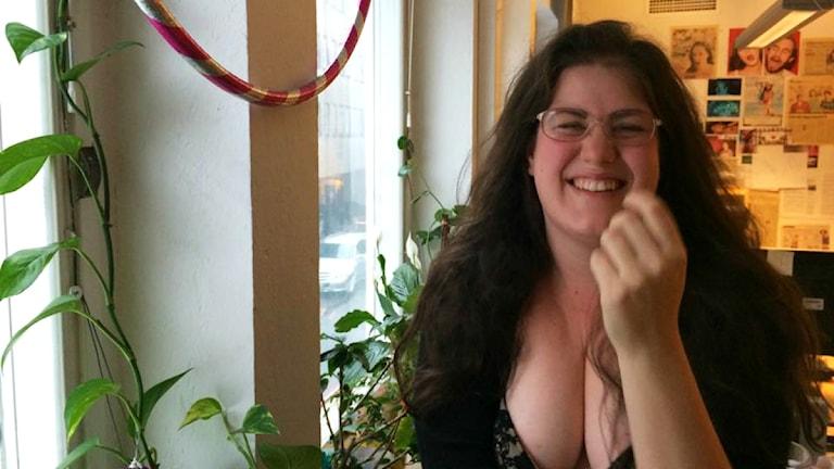 Maria läser erotisk novell och kan inte hålla sig för skratt. Foto: Robert Jacobsson/SR