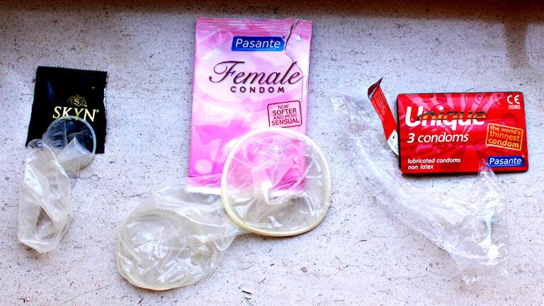 Plastkondom, latexfri femidom och syntetiskt latex-kondom. Foto: Robert Jacobsson/SR