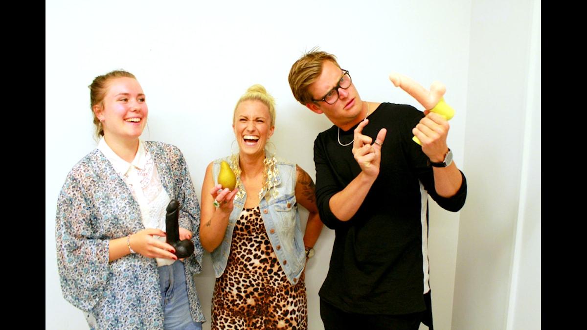 Alice, Ida och Niklas med varsin sexleksak. Foto: Amal Aziz/SR