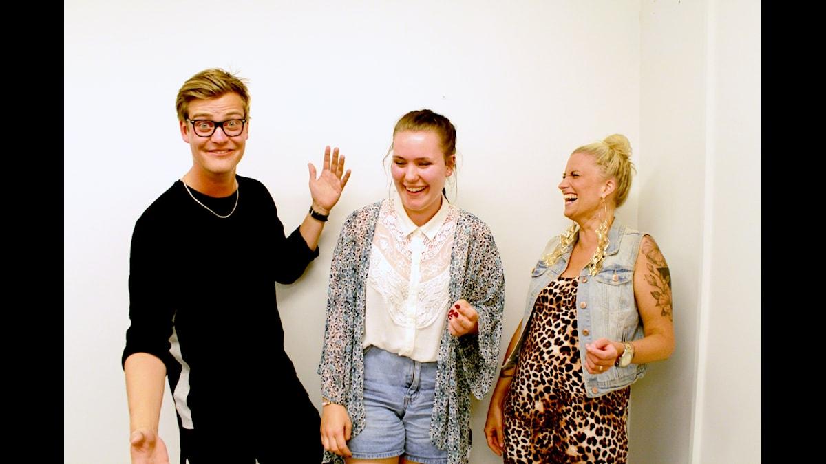 Niklas, Alice och Ida skrattar och pratar om sex och humor. Foto: Amal Aziz/SR