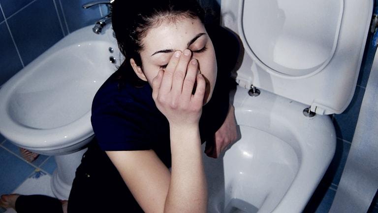 En ångerfull kvinna vid toaletten. Foto: mariagrazia iacomino/flickr/CC BY-NC-ND 2.0
