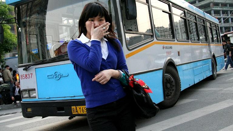 En tårfylld tjej vid en buss. Foto: Ernie/Flickr/CC BY 2.0
