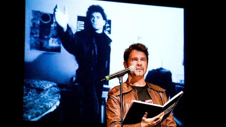 Läsa sin gamla dagbok på scen... Foto: Tobias Berving