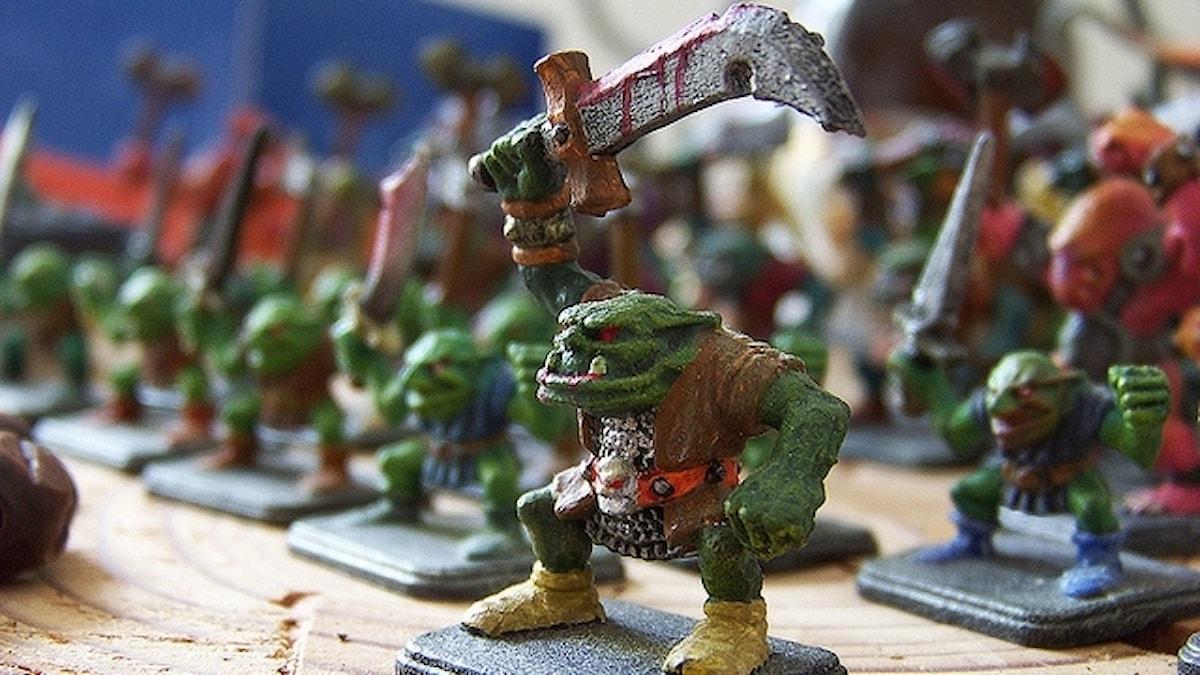Grön leksaks-orch med svärd i handen.