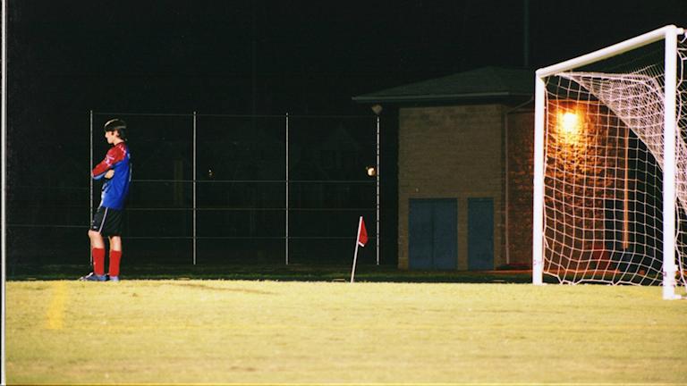 En ensam fotbollsspelare.