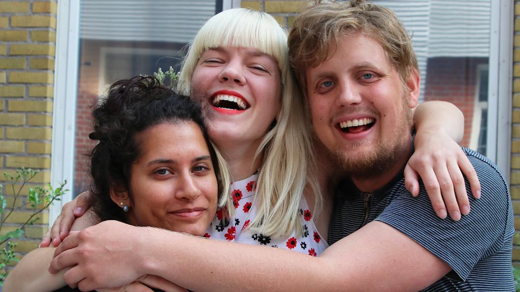 Angelica, Filippa och Axel pratar om kroppsvätskor. Foto: Tove Martin/SR