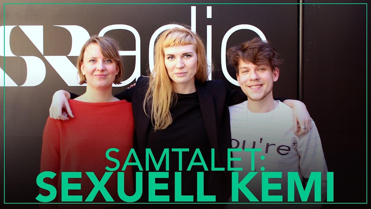 Olivia, Mary och Calle står framför Sveriges Radio-vägg.