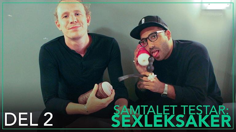 Erik och Ahmed sitter med sexleksaker i händerna.