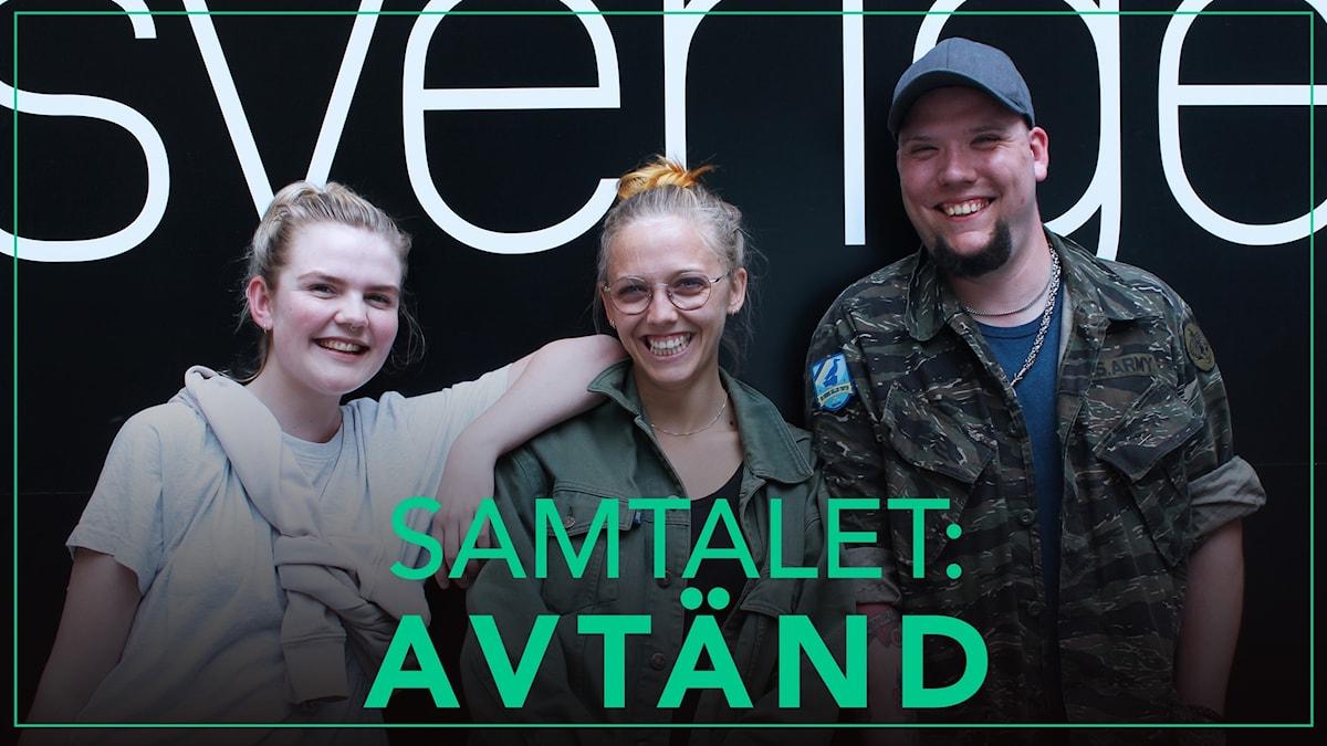 Vera, Agnes och Putte står framför en Sveriges radio-vägg.
