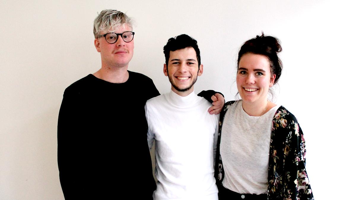 Panelen som består av Jens, Jacob och Alice, står mot en vit vägg.