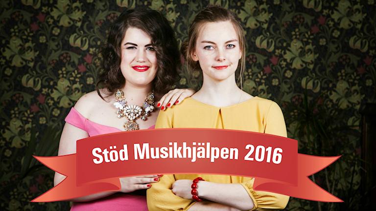 """En bil på Maria Maunsbach och Camilla Larsson. På bilden syns även en röd banner där det står """"Stöd Musikhjälpen 2016""""."""