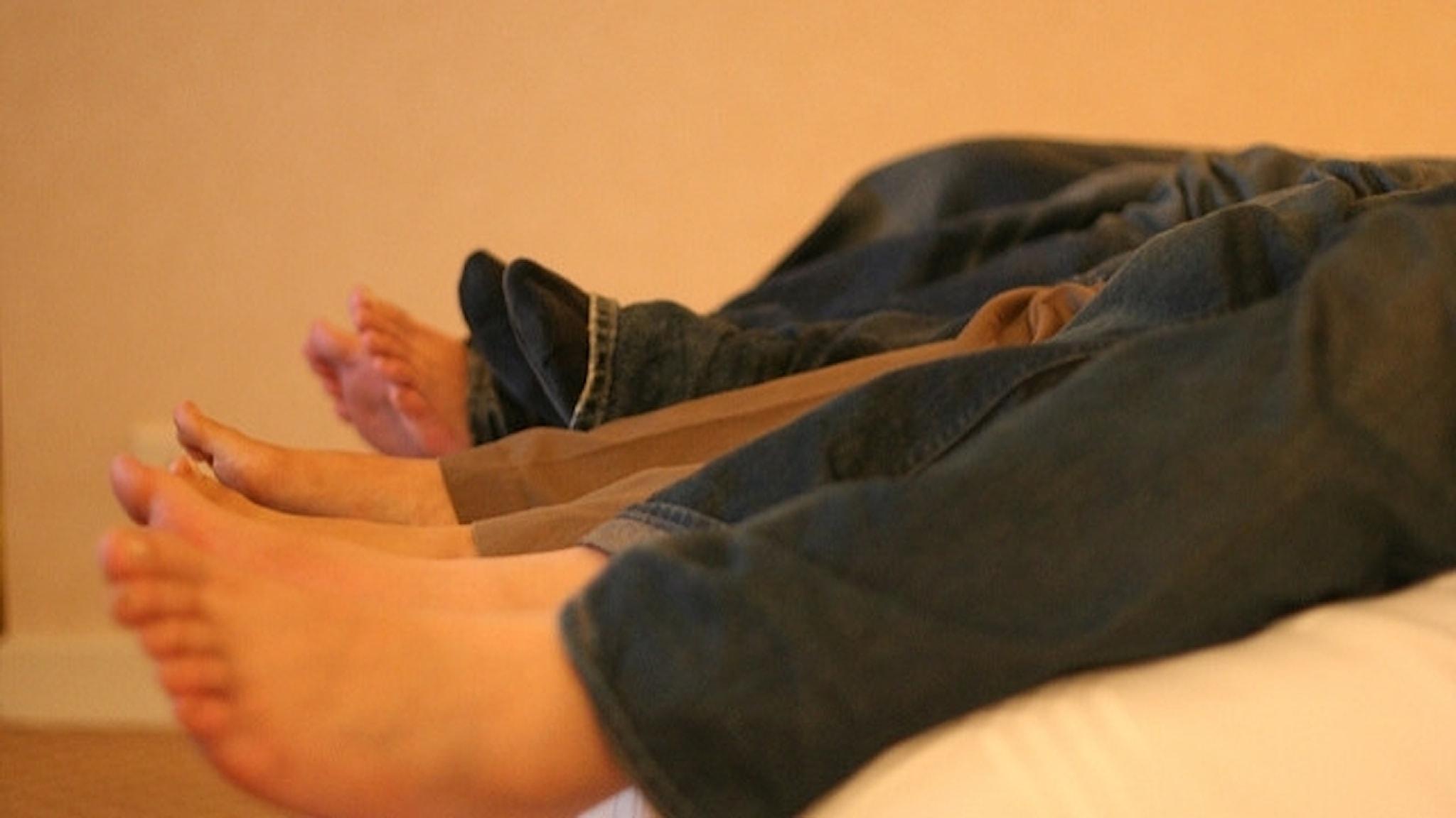 Fötter i en säng.