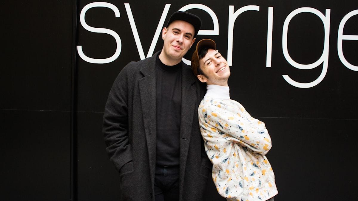Jakob och Jacob står mot en svart vägg.