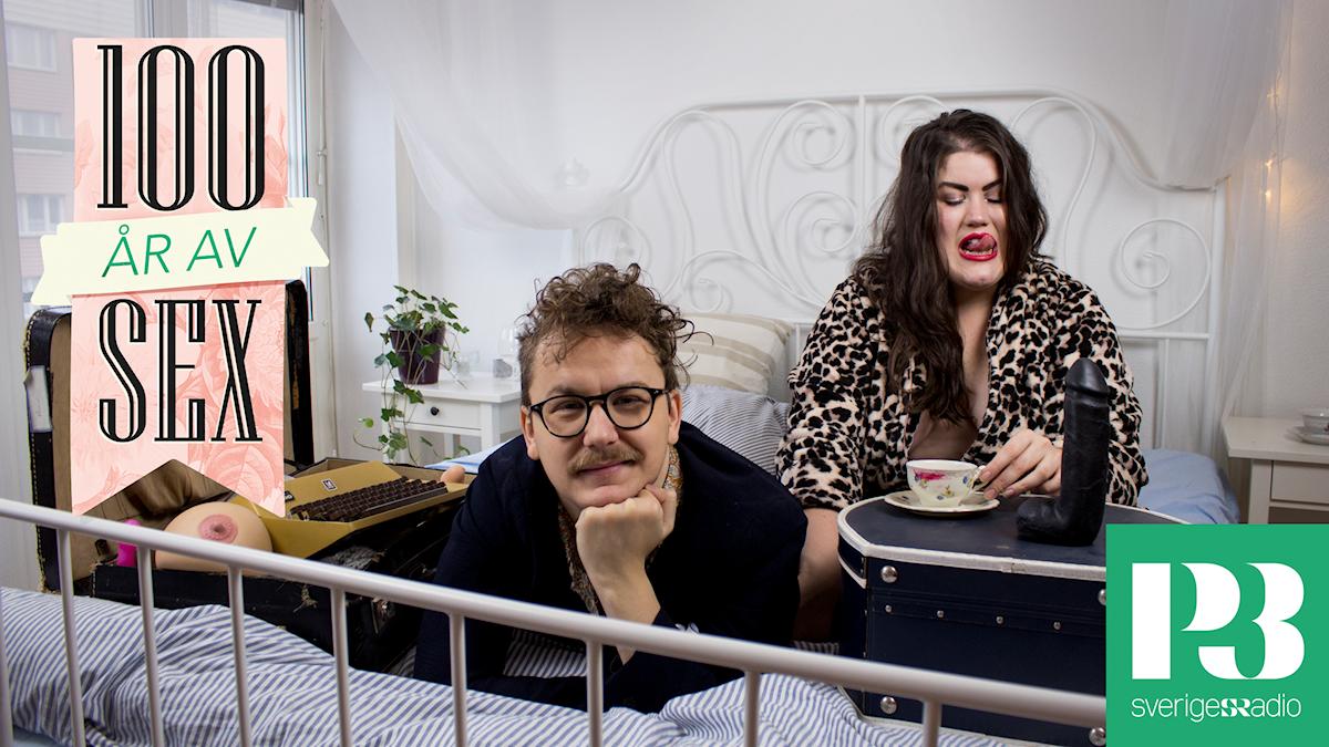 Jimmie Lars och Maria Maunsbach ligger i en säng.
