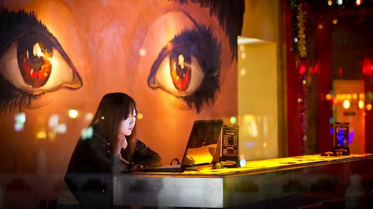 Person sitter och tittar in i en datorskärm.