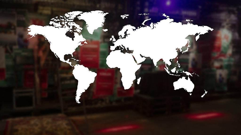 . En grafisk världskarta. En Musikhjälpen-kuliss syns i bakgrunden.