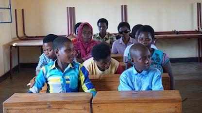 På fotot syns ett klassrum i en skola för blinda och synnedsatta i Rwanda. Eleverna två och två vid varsin träbänk.