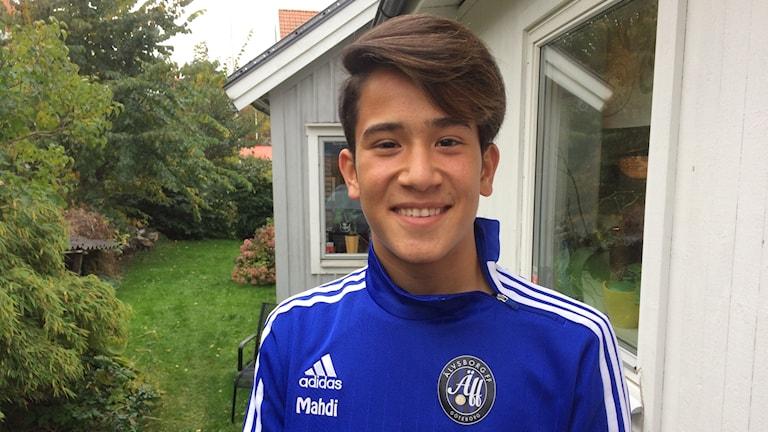 Mahdi utanför sitt nya hus i Göteborg