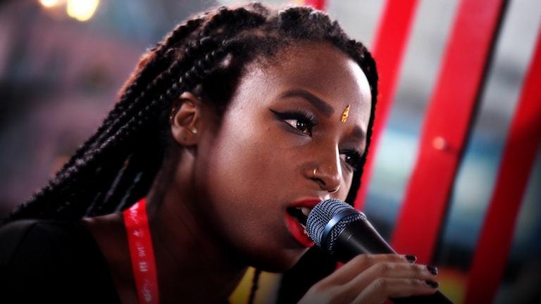 Sabina Ddumba kör Scarred for life i glasburen. Foto: Stephanie Londéz/SR