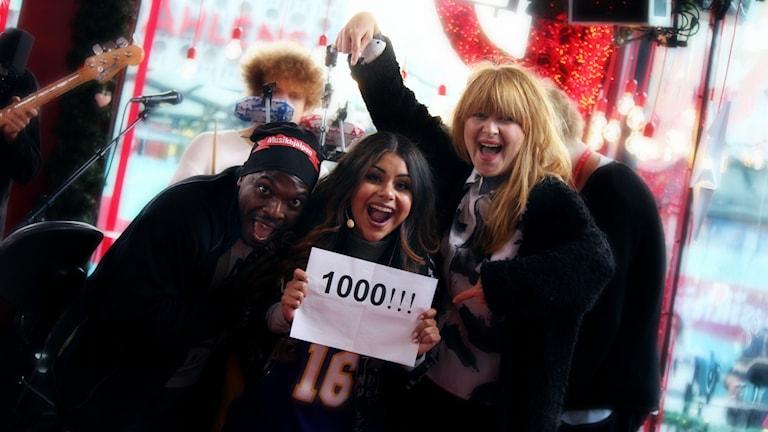 Kodjo, Arantxa och Linnea firar att #mh14 nu nått 1000 initiativ! Foto: Stephanie Londéz/SR
