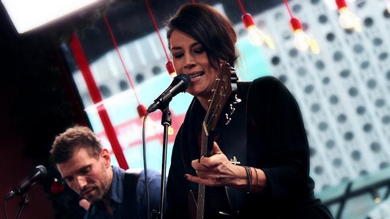 Två gitarrer, två röster och underbar harmoni när Jill Johnson besöker glasburen. Foto: Stephanie Londéz/SR
