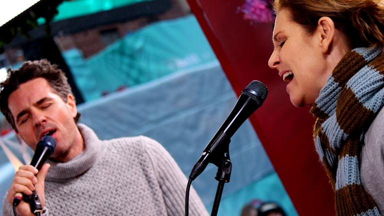 Peter Jöback och Helen Sjöholm sjunger i Musikhjälpen 2014.