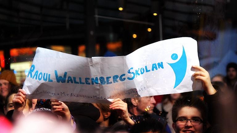 Raoul Wallebergskolans fans utanför buren. Foto: Stephanie Londéz/SR
