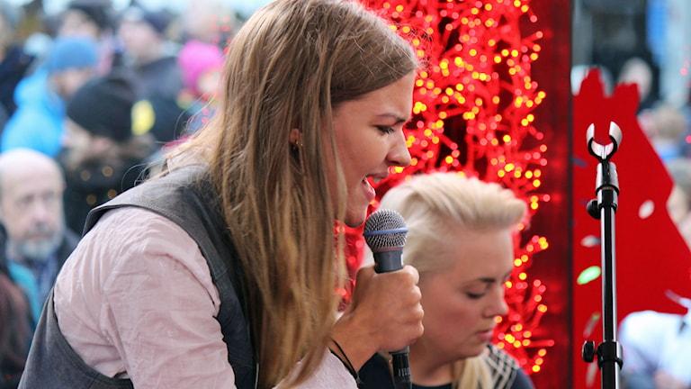 Tove Styrke sjunger Borderline. Foto: Hanna Källqvist/Sveriges Radio