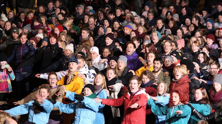 Uppsalastudenterna spexar loss med dans på Stora torget. Foto: Eric Tapper/Sveriges Radio