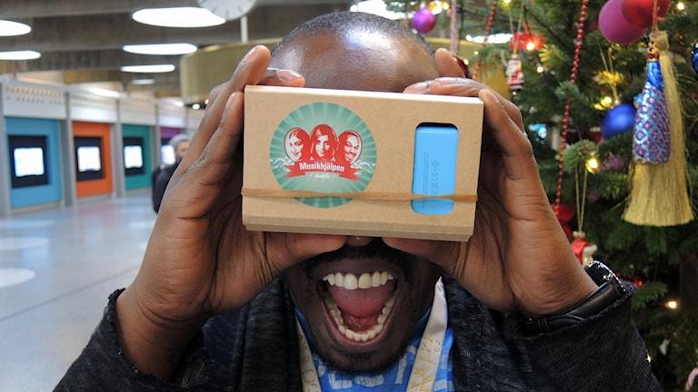 Kodjo Akolor testar VR. Foto: Per Palmqvist/Sveriges Radio