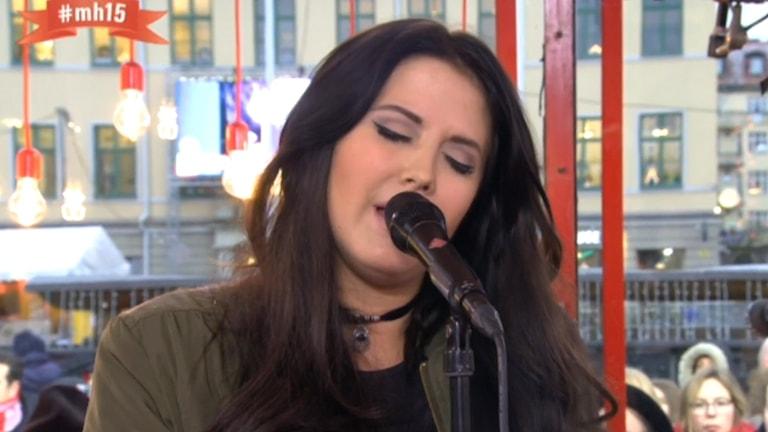 Molly Sandén spelar i buren.
